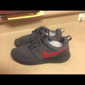 PreOwned Nike Roshe One Grey/Red Big Kids 7 Youth